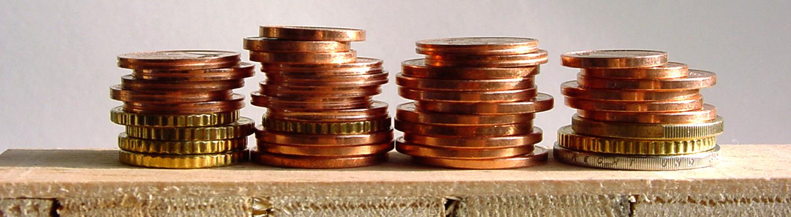 Ein Stapel Münzen liegt auf einer Holzhpalette
