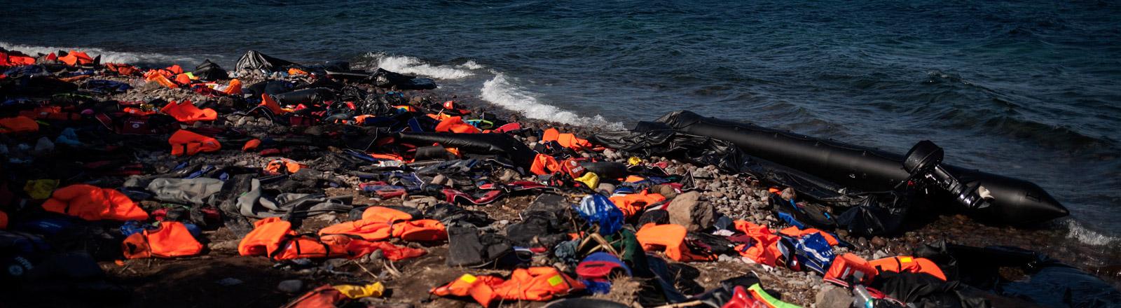 Schwimmwesten und kaputte Schlauchboote am Strand von Lesbos