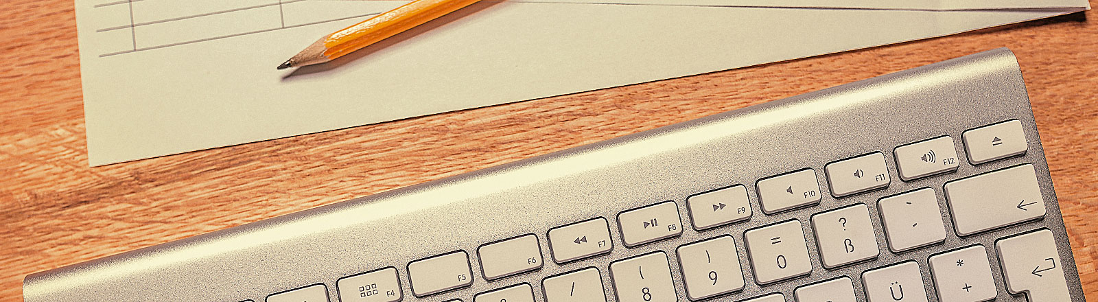 Tastatur und Bleistift mit Papier
