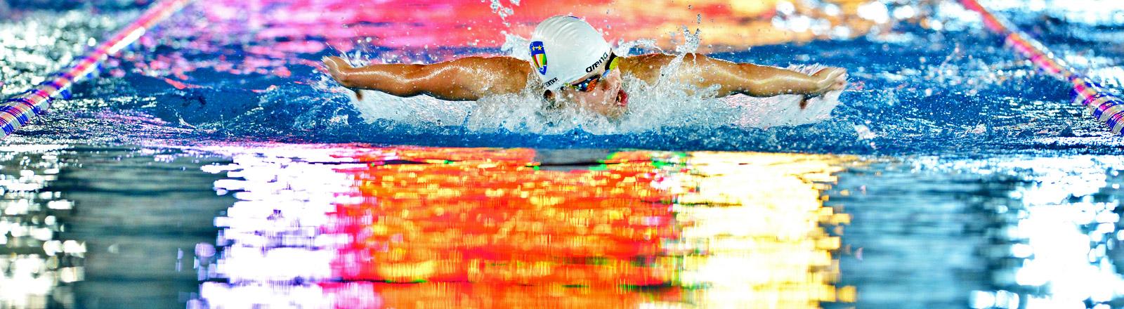 Leistungsschwimmerin im Wasser