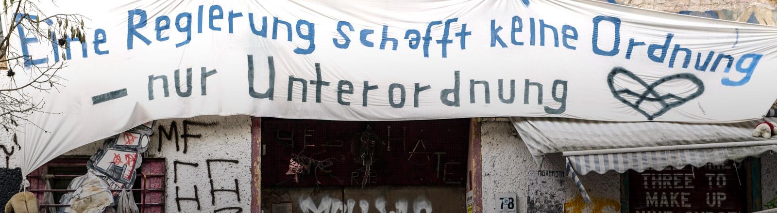 Ein Banner an einem Haus in der Rigaer Straße in Berlin