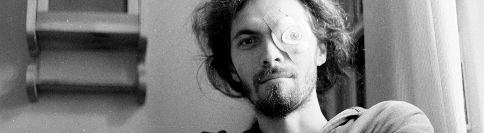 Ein Mann mit Augenklappe.