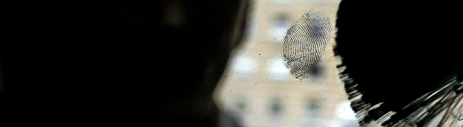 Ein Fingerabdruck auf einer Fensterscheibe