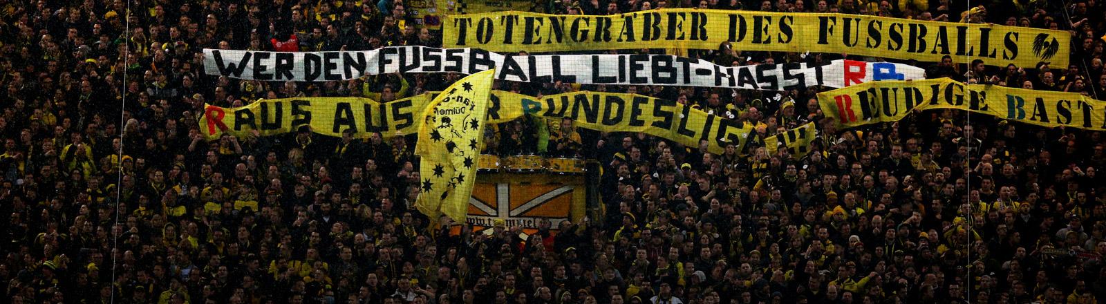 Südtribüne im Dortmunder Stadion mit Plakaten gegen RB Leipzig