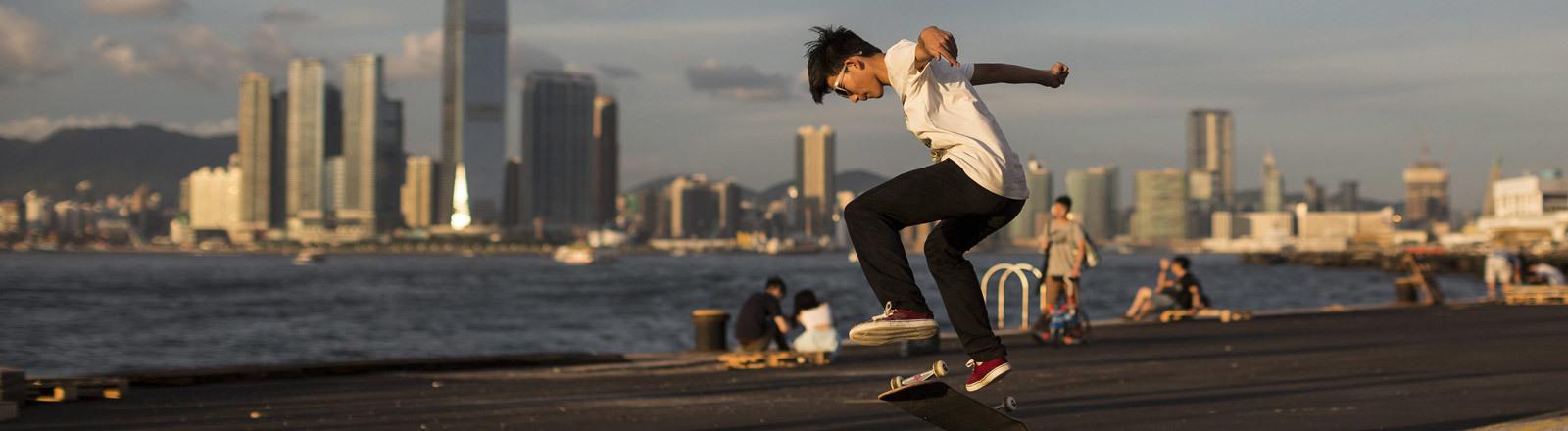 Ein Skater in Hongkong