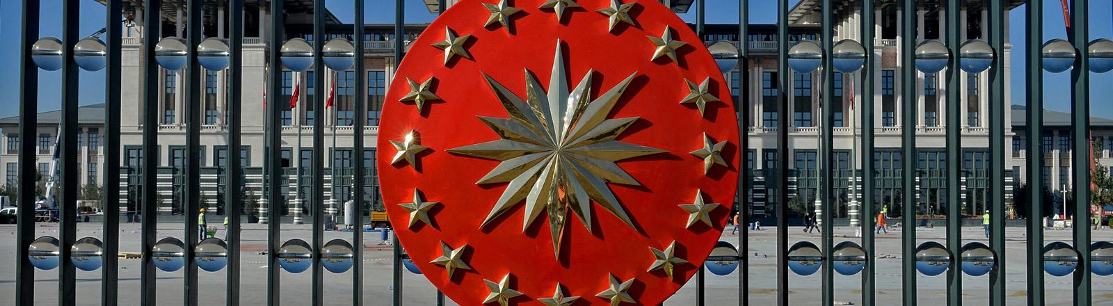 Wappen des türkischen Präsidenten am Eingangstor