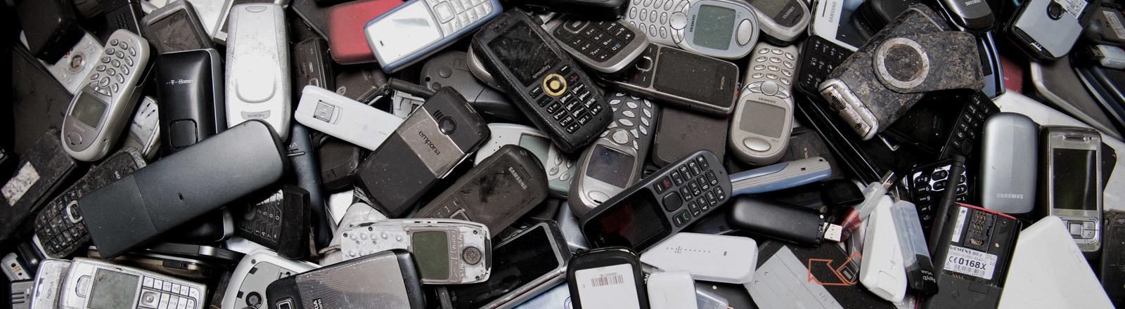 Alte Handys auf einem Haufen