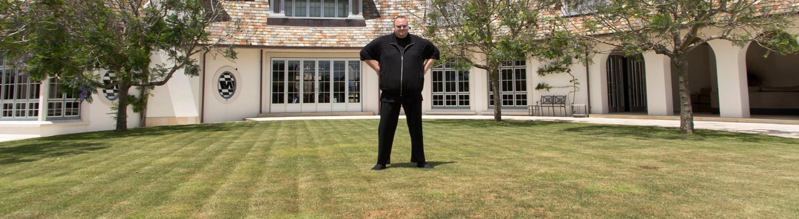 Internet-Unternehmer Kim Dotcom vor seinem Haus in Neuseeland