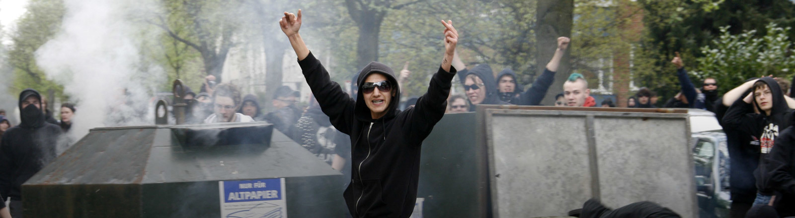 Ein schwarz gekleideter  Demonstrationsteilnehmer in Hamburg beim G20-Gipfel