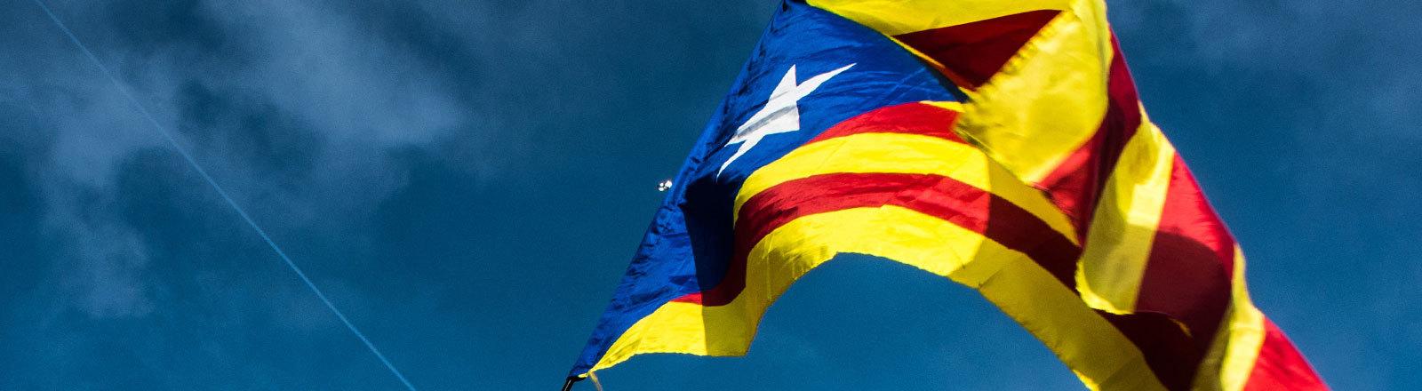 Eine Variante der katalanischen Flagge weht im Wind