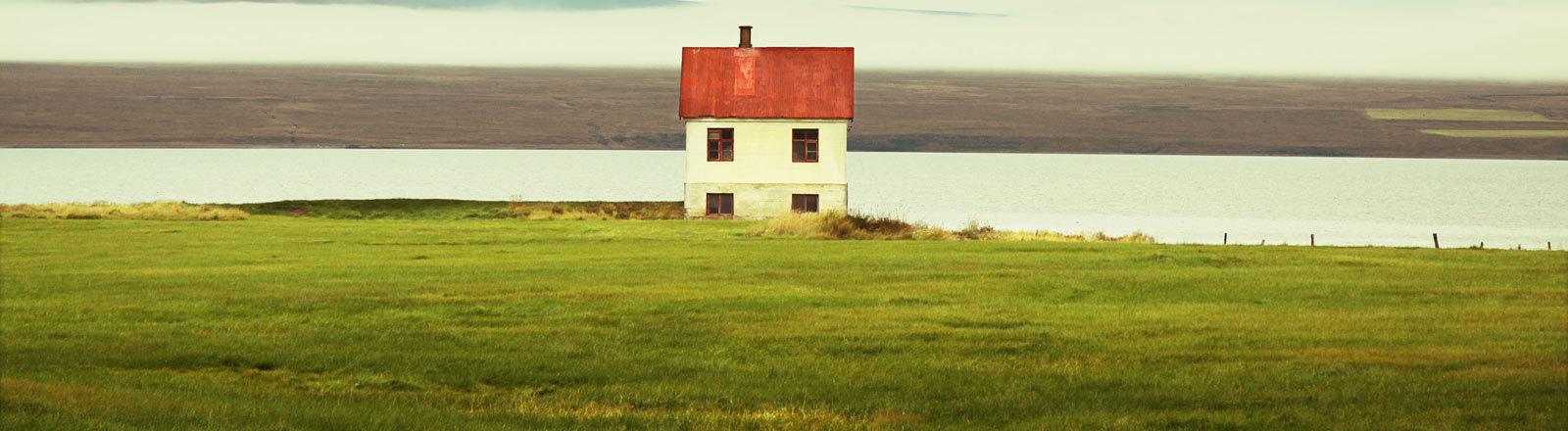 Ein einsames Haus an einem See