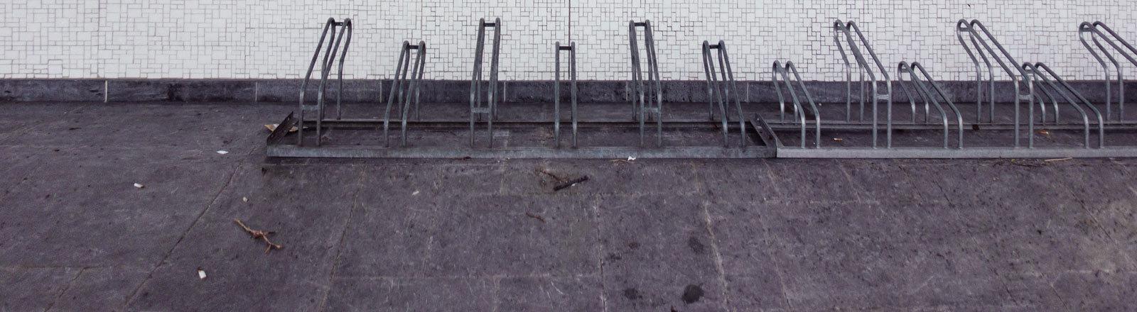 Ein leerer Fahrradständer