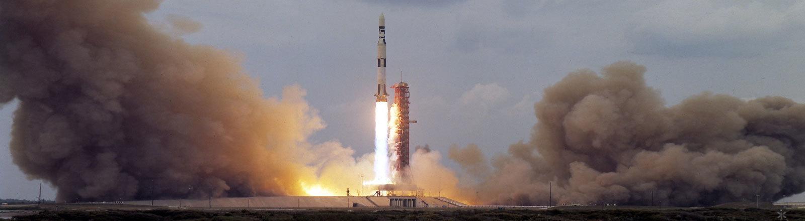 Eine Saturn-V-Rakete startet