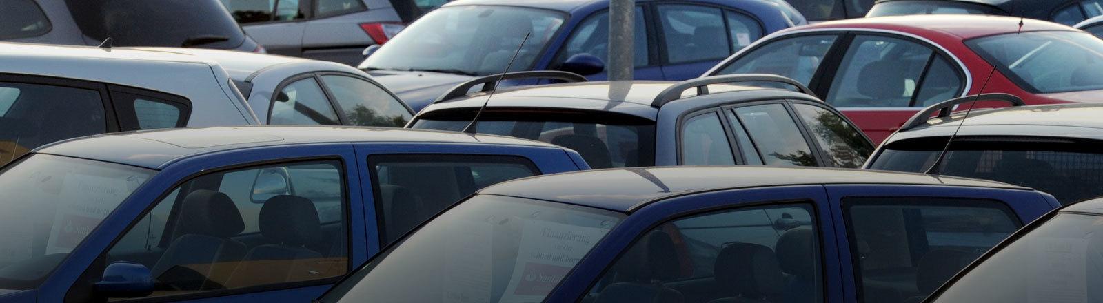 Gebrauchtwagen auf einem Parkplatz