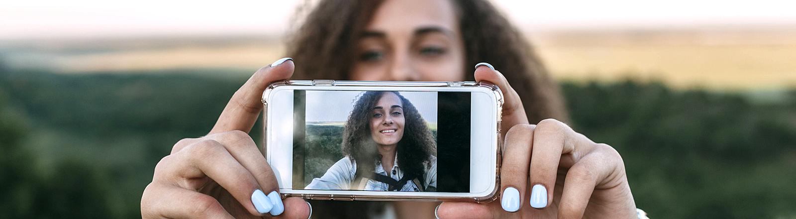 Eine Frau macht ein Selfie von sich