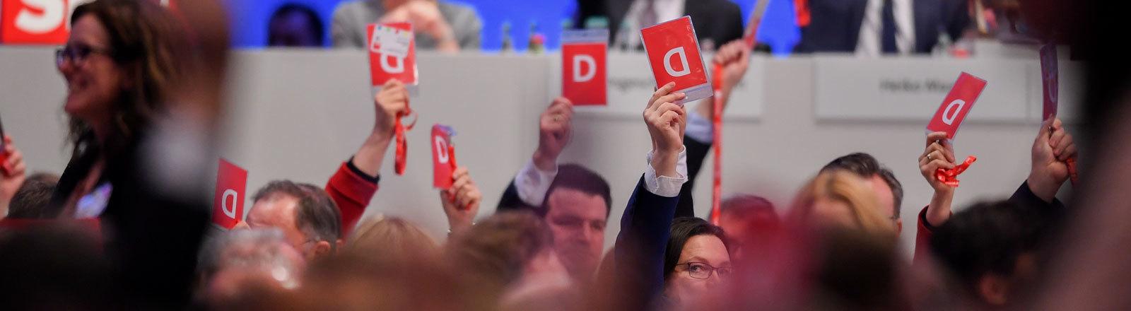 Delegierte halten auf dem SPD-Parteitag am 21.01.2018 in Bonn Stimmkarten in die Höhe