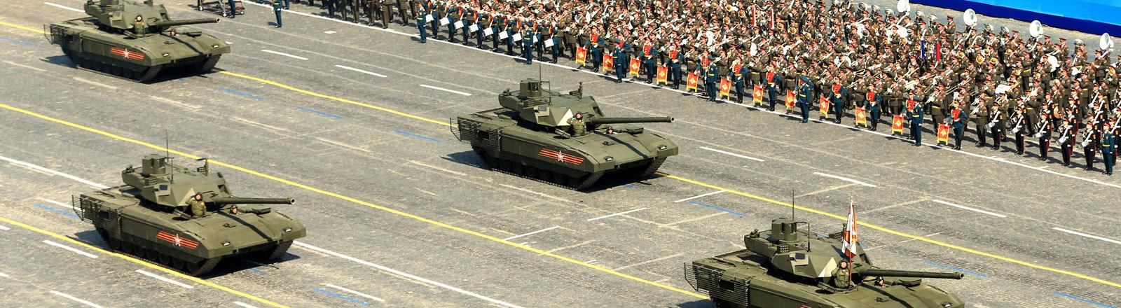 In Russland fahren bei einer Militärparade Panzer über die Straße.