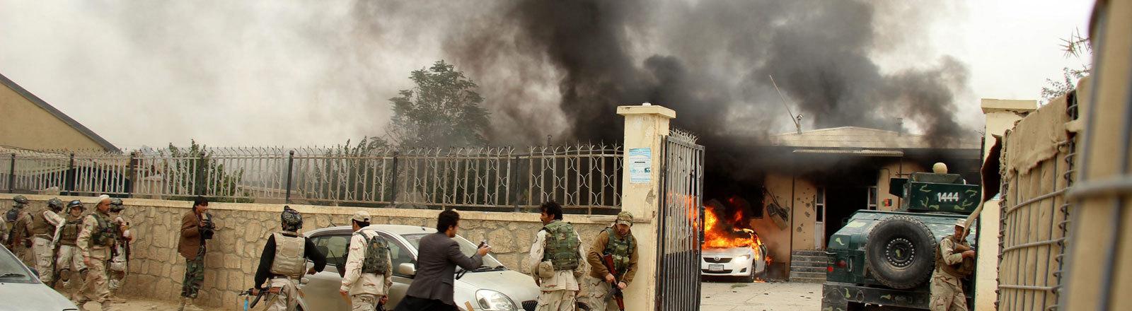 In der afghanischen Stadt Kabul steht ein Auto in Flammen.