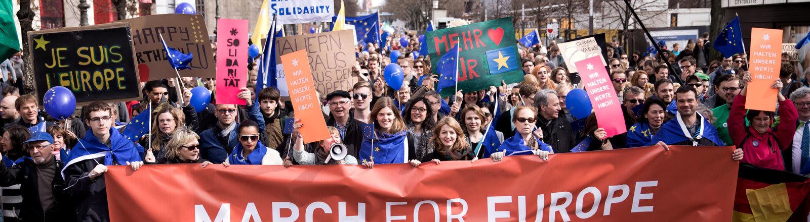 """Beim Protestmarsch """"March for Europe"""" laufen Demonstranten durch die Straßen und tragen ein Banner mit der Aufschrift """"March for Europe, Berlin 2017"""""""
