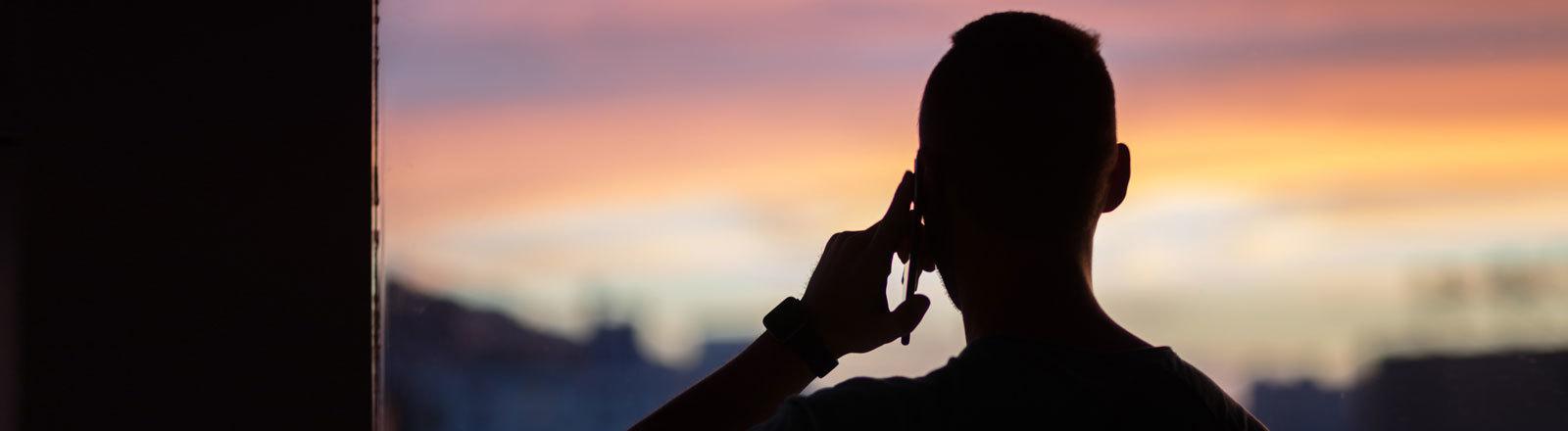 Ein Mann telefoniert mit seinem Smartphone