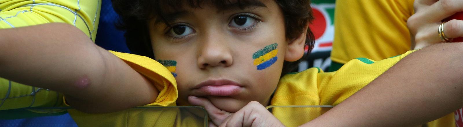 Enttäuschter Junge nach der Niederlage Brasiliens gegen Deutschland beim WM-Halbfinale 2014