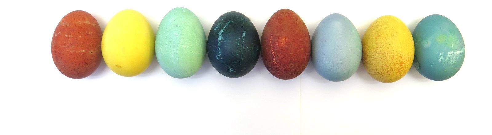 Mit Lebensmitteln gefärbte Eier