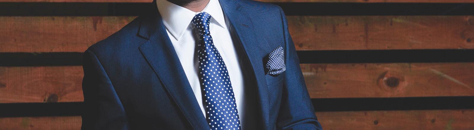 Mann mit Anzug und Krawatte