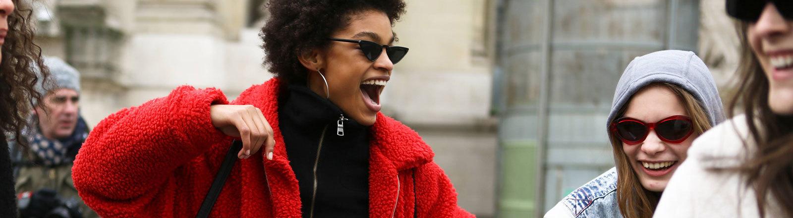 Eine Frau in Fleece-Jacke