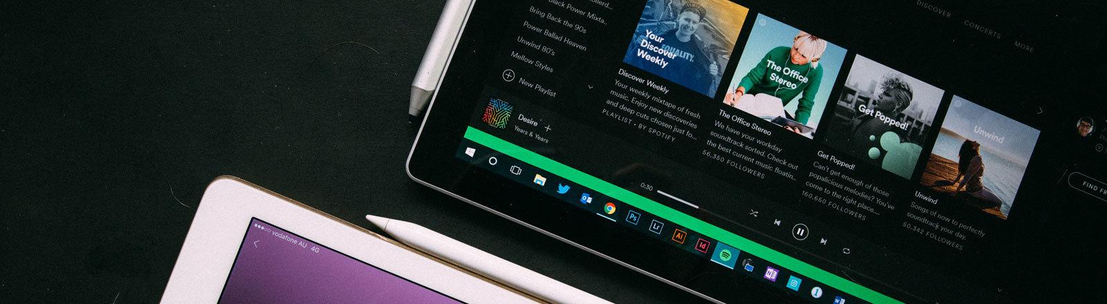 Ein Tablet, auf dem Spotify läuft