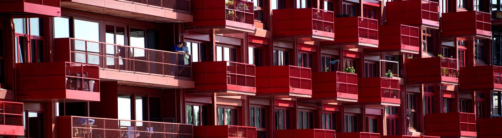 Ein Mehrfamilienhaus mit Balkonen
