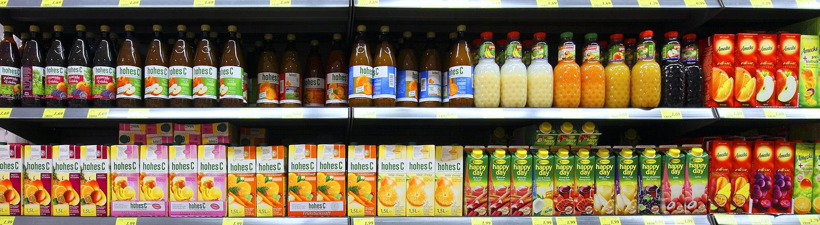 Ein Regal im Supermarkt mit Fruchtsäften