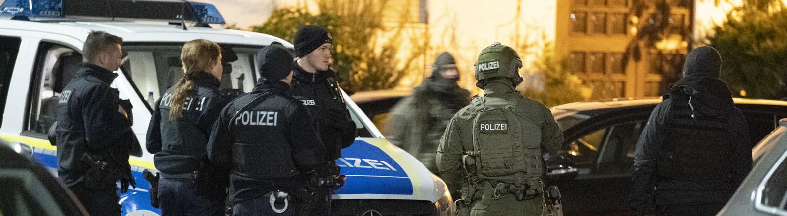 Polizei in Hanau nach den tödlichen Schüssen am 20.02.2020.