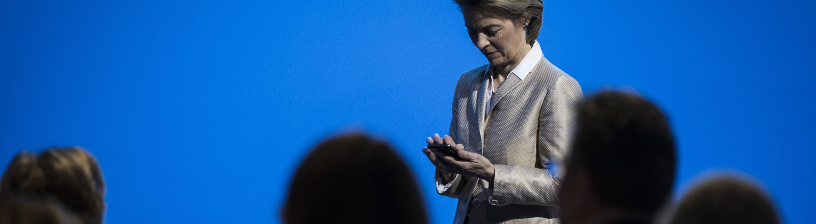 Ursula von der Leyen mit Smartphone in der Hand