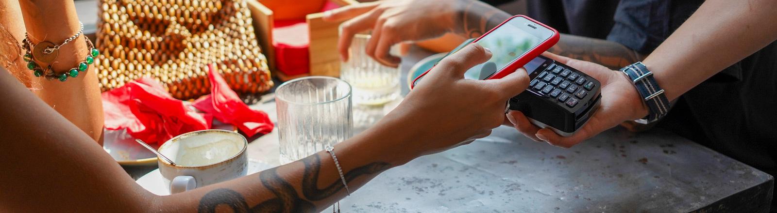 Bezahlen mit dem Handy in einem Café