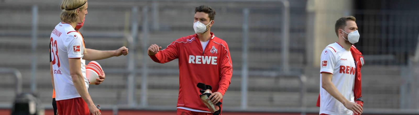 Spieler des 1. FC Köln mit Mundschutz