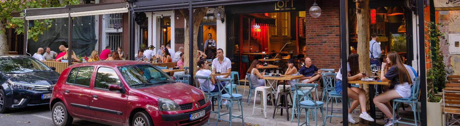 Ein Biergarten an einer Straße