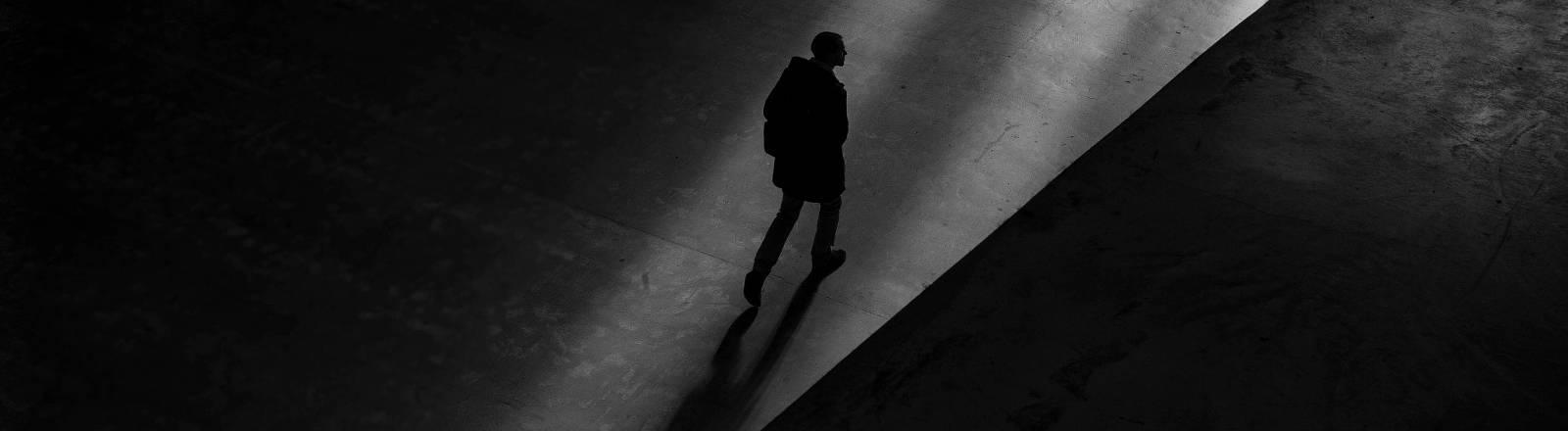 Ein Mann geht einen Weg entlang