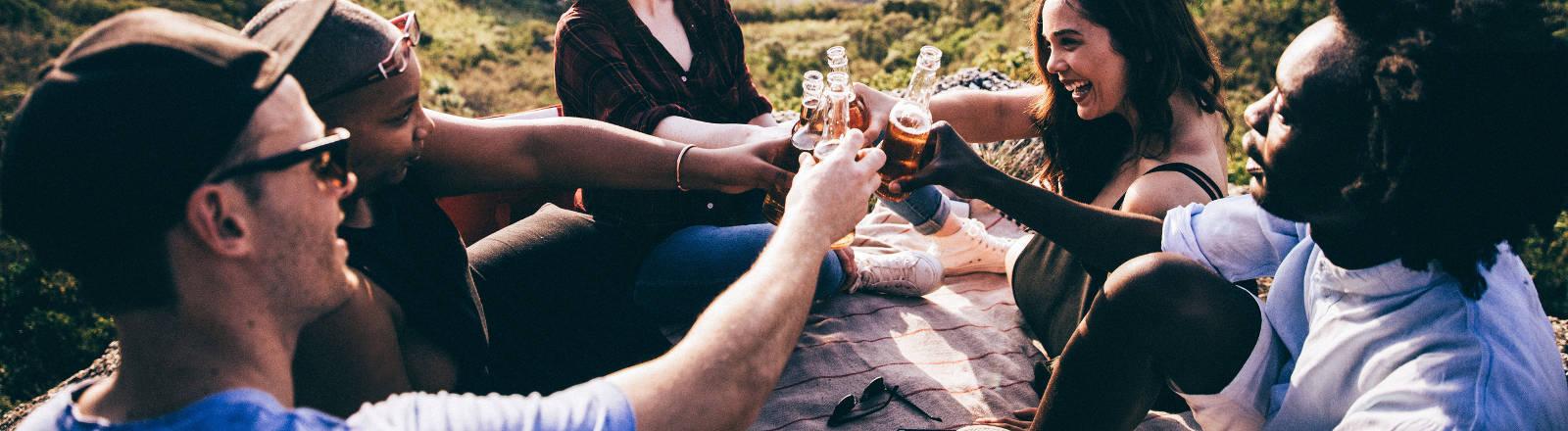 Eine Gruppe von Menschen trinkt Bier