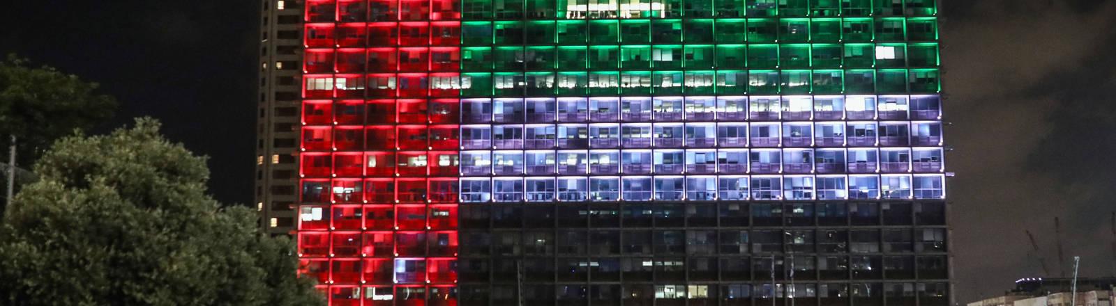 Die Fenster eines Hauses in Tel Aviv sind in den Flaggen der Vereinigten Arabischen Emirate beleuchtet.