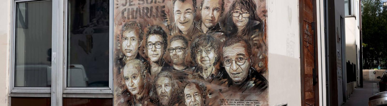 Die Portraits der Opfer des Anschlags auf Charlie Hebdo sind an eine Hauswand gemalt