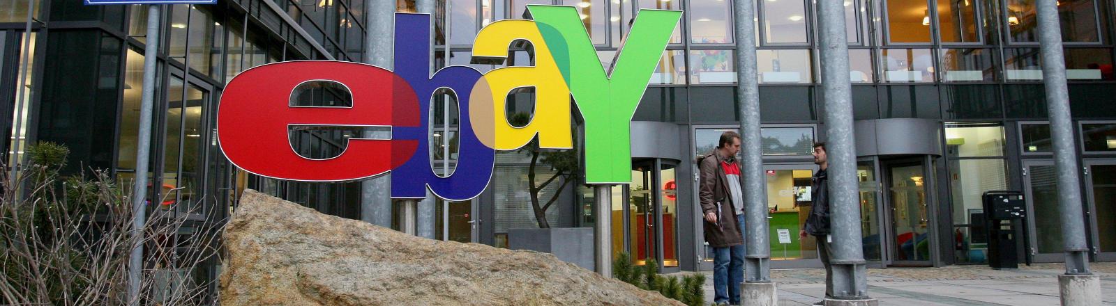 Das alte Ebay-Logo vor einem Gebäude