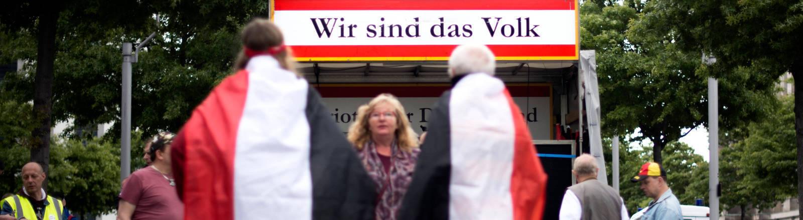 """Plakat mit der Aufschrift """"Wir sind das Volk"""""""
