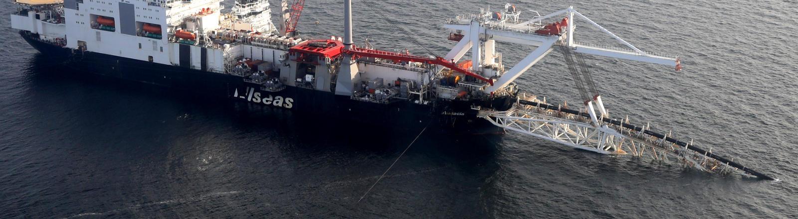 Ein Pipeline-Verlegeschiff auf der Ostsee