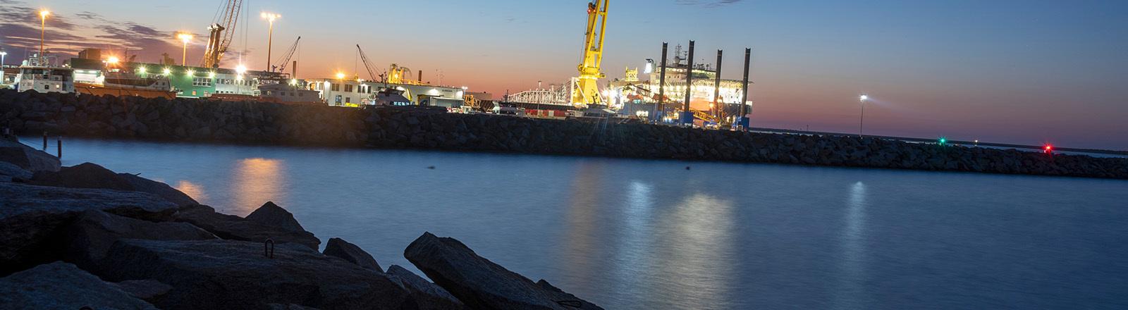 An Deck eines russischen Schiffes brennen nachts alle Lichter. Das Spezialschiff liegt im Hafen Mukran auf der Insel Rügen. Es soll die Rohre für die Gasleitung von Russland nach Deutschland verlegen (12.08.2020); Foto: dpa