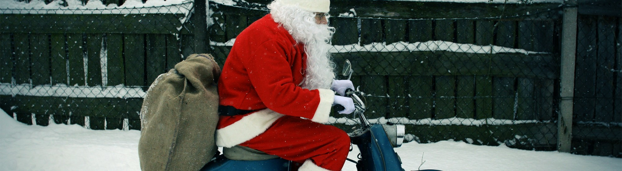 Weihnachtsmann auf dem Mofa.