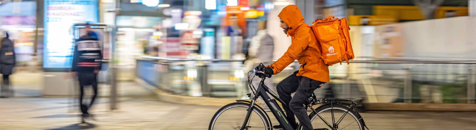 Lieferando-Zusteller auf Fahrrad
