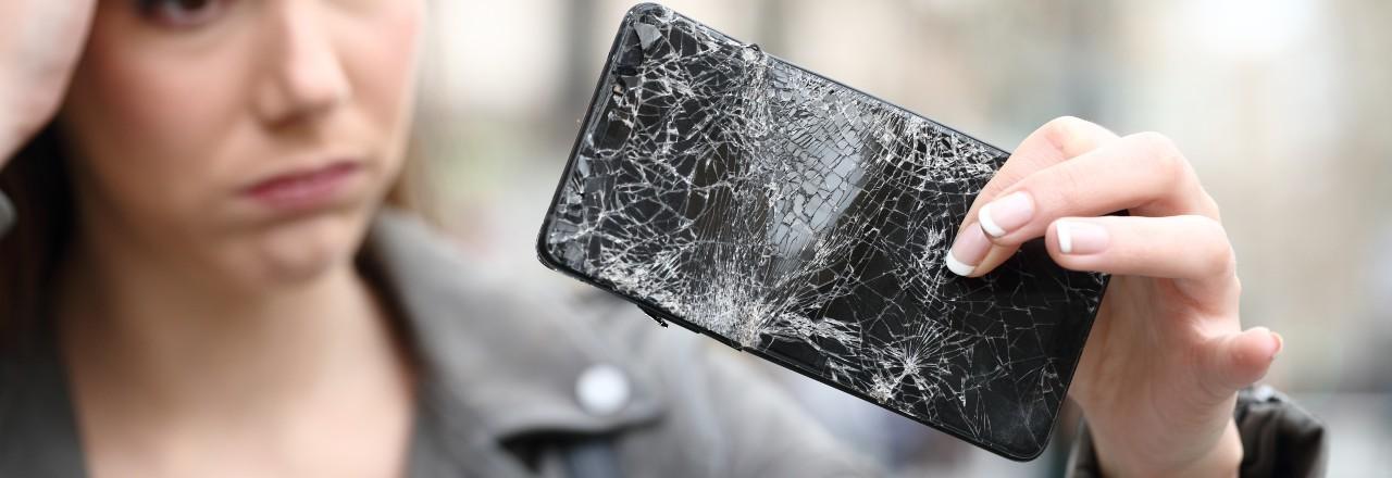 Ein kaputtes Handy lässt sich nicht reparieren. Verbraucher:innen müssen sich ein Neues kaufen.