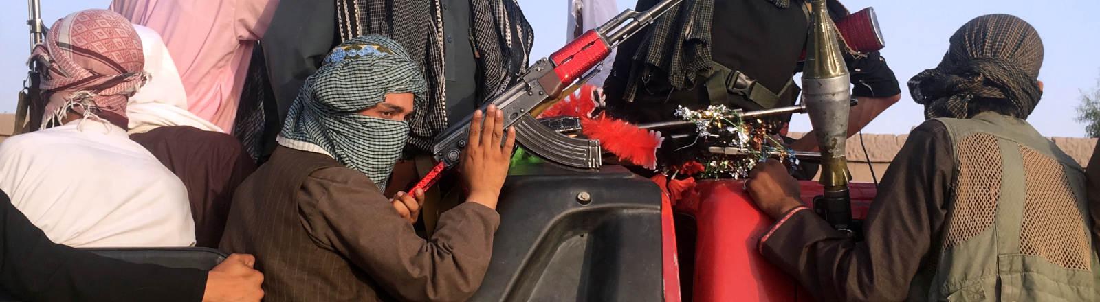 Taliban-Kämpfer auf der Ladefläche eines Pickup-Trucks