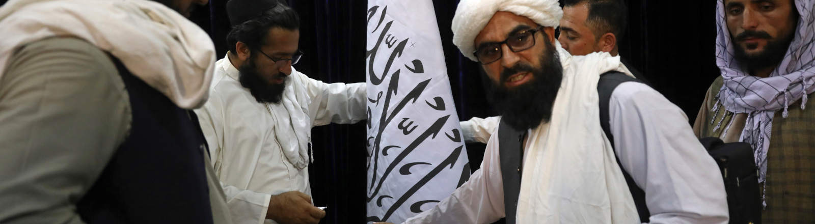 Hohe Taliban-Vertreter mit einer Flagge