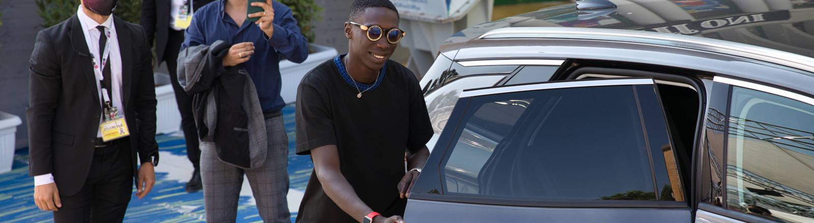 Khaby Lame steigt in ein Auto ein